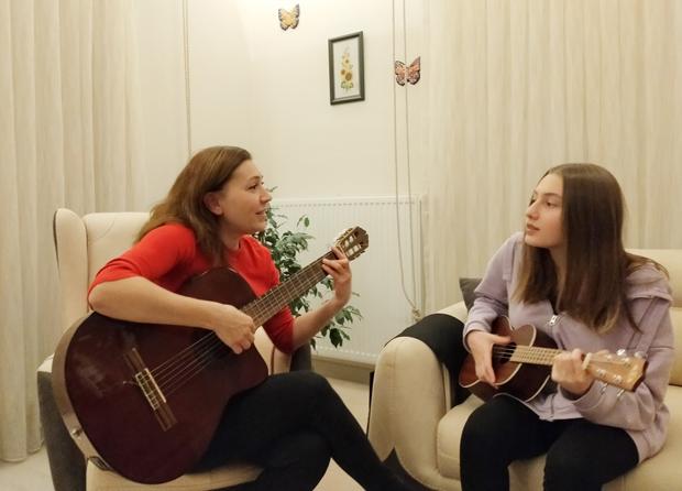 Anne kızın sesi büyülüyor