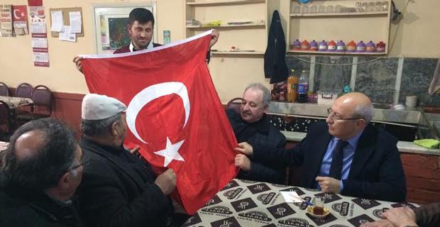 Çakırözer köy muhtarına Türk Bayrağı hediye etti
