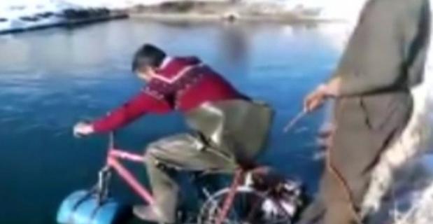 Suda bisiklet sürme denemesi gülümsetti