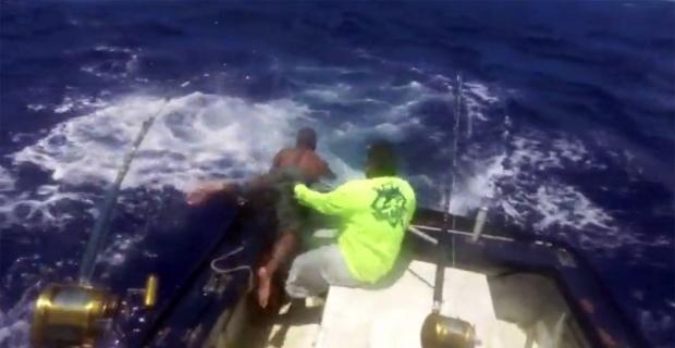 Dev balık balıkçıyı böyle sürükledi