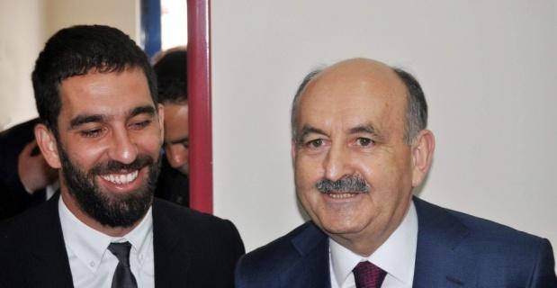 Milli maça saatler kala Arda Turan ile Bakan Müezzinoğlu protokol imzaladı