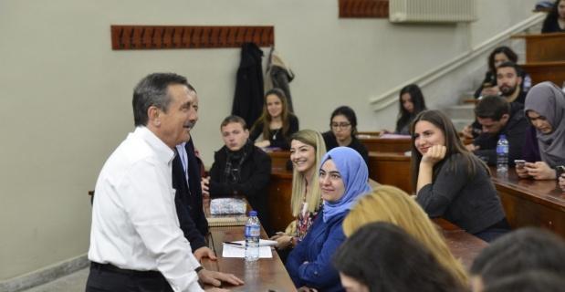 Başkan Ataç üniversitelilerle derse katıldı