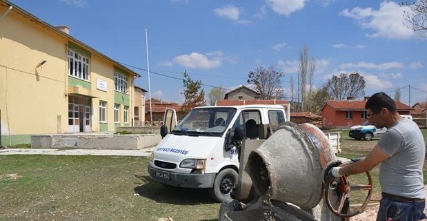 Çürümeye yüz tutmuş eski köy okulunu kullanışlı bir hale getirmek için çalışıyorlar