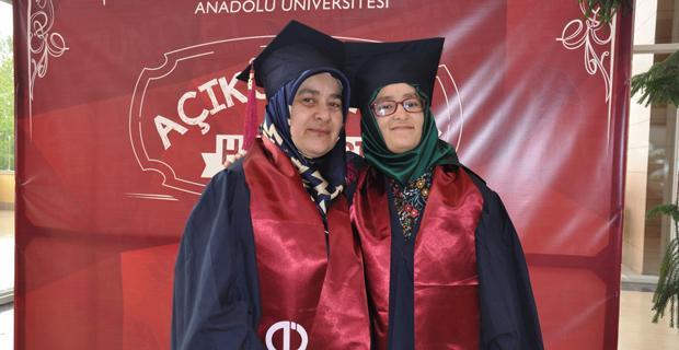 Anne kız birlikte mezun oldular