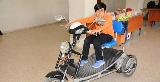 Engelli ve yaşlılar için atık malzemeden elektrikli araç yaptı
