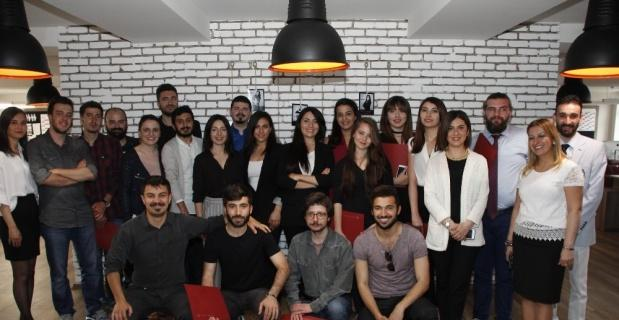 Medya Merkezinde görev alan öğrenciler teşekkür belgelerini Rektör Gündoğan'dan aldı