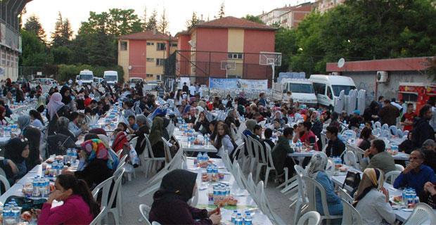 Aynı sofrada 2 bin 500 kişi iftar yaptı