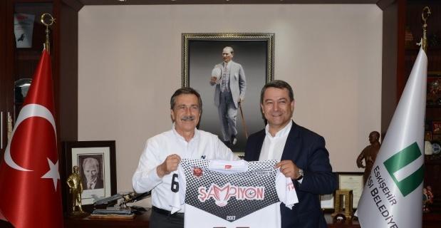 Başkan Ataç'a Eskişehir Basket forması