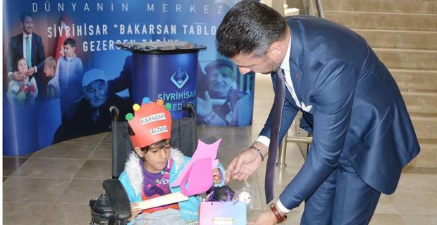 Bedensel engelli Rabia karnesini Hamid başkandan aldı