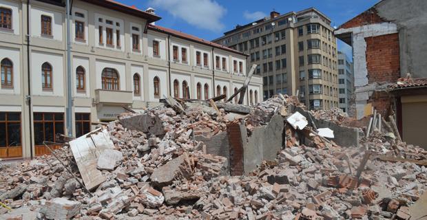 Bir tarihi bina daha yokoldu