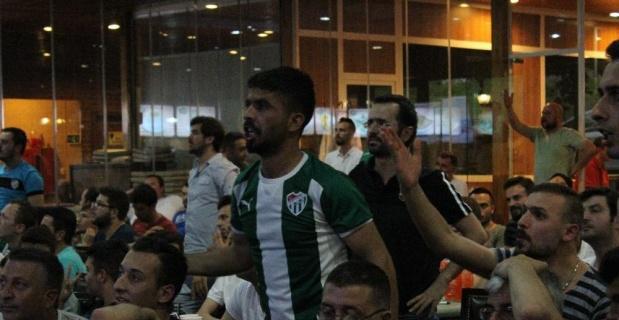 Bursasporlu taraftarların ligde kalma sevinci