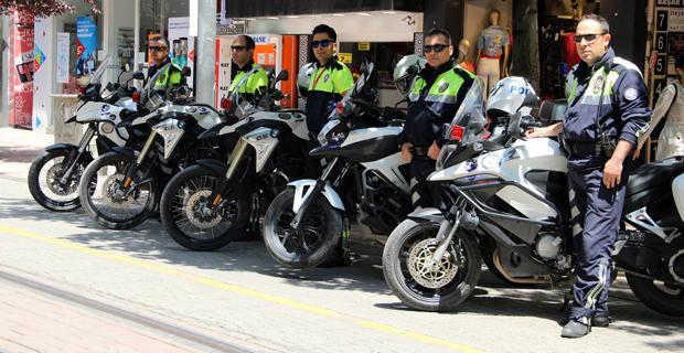 Her motosiklette bir Fethi Sekin, bir Hüseyin Dalkılıç var