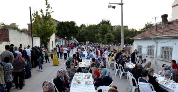 Tepebaşı'nın sokak iftarları devam ediyor