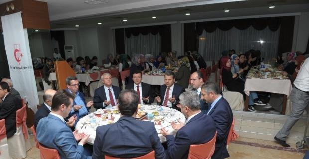 Vali Çelik, İlim Yayma Cemiyeti'nin iftar programına katıldı