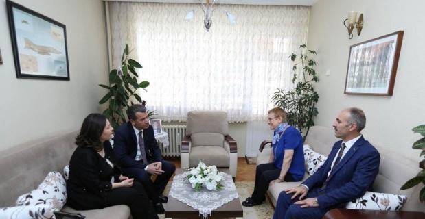 Vali Çelik ve eşi şehit ailesini ziyaret etti
