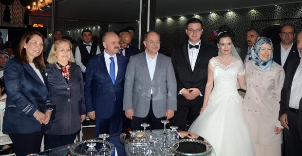 Bakan Akdağ akrabasının düğününe katıldı