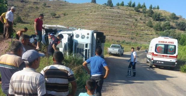 Eskişehir'de tır devrildi: 1'i ağır 3 yaralı