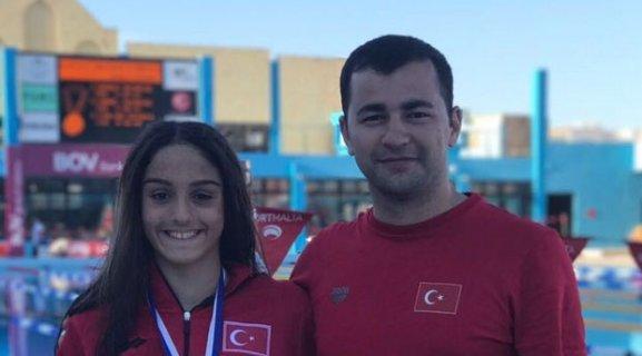 Eskişehirli yüzücü   Türkiye rekoru kırdı