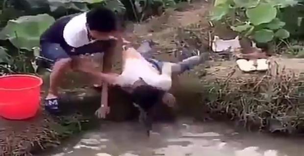 Balık için kafasını suya daldırdı, yılan çıktı