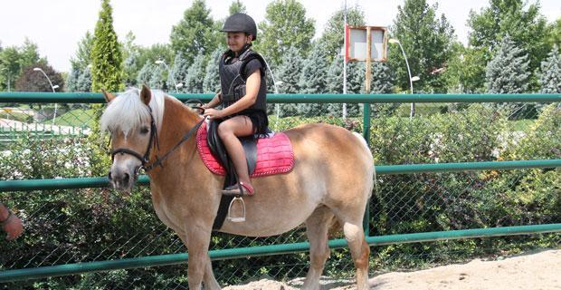 Kentpark'ta at hobi binişleri başladı