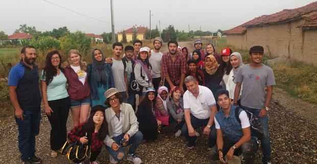Yabancı öğrenciler inek sağdı, ekim yaptı