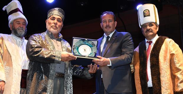 Karacan'dan yılın ahilerine plaket