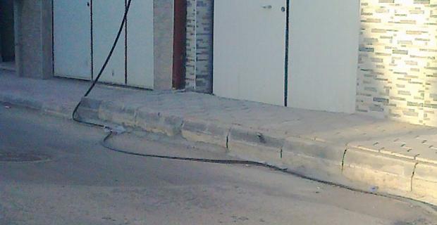 Sokakta başı boş  kablo