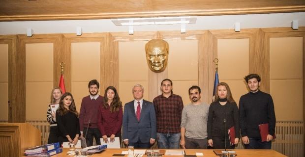 Fakültelerini birincilikle kazanan öğrenciler kutlama belgelerini Rektör Gündoğan'ın elinden aldı