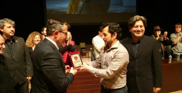 """TEMAD'tan """"Ayla"""" filminin yönetici ve yapımcısı Çağlar Ercan'a plaket"""