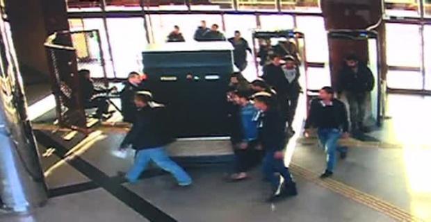 13 kişi zabıta karakolunu bastı