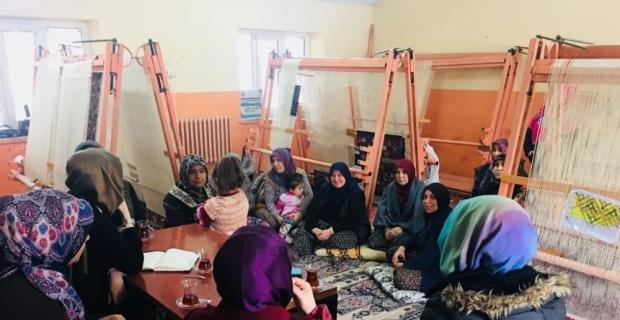 Günyüzü Ak Parti İlçe Kadın Kollarından yöresel kilim kursuna ziyaret