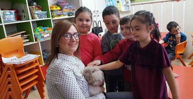 Çocuklara hayvan sevgisini aşılıyorlar