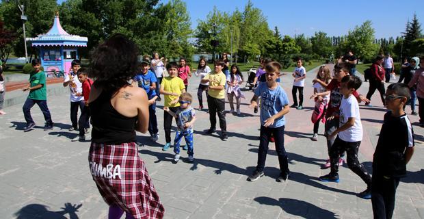 Pamukkaleli küçüklerden Masal Şatosu önünde dans gösterisi