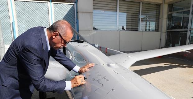 Cumhurbaşkanı Erdoğan insansız hava aracına imzasını attı