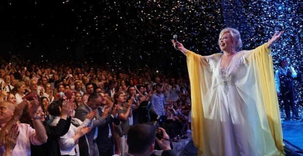Bursa'da Emel Sayın ve Emre Altuğ rüzgarı