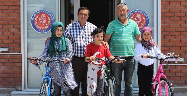 Gündoğan çocuklara bisiklet hediye etti