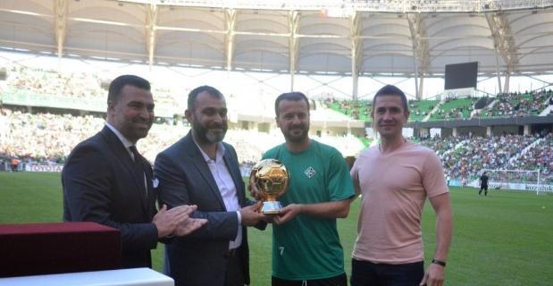 İlyas Çakmak altın top ödülünü Hakan Ünsal'dan aldı