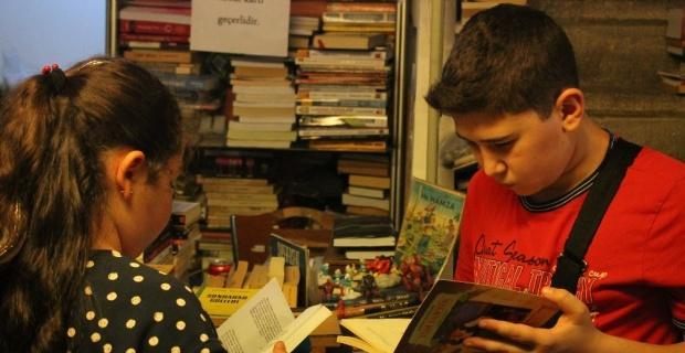 Çocuklar için çöpten kitap topluyor