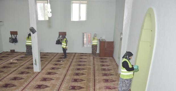 Seyitgazi'de camiler periyodik olarak temizleniyor