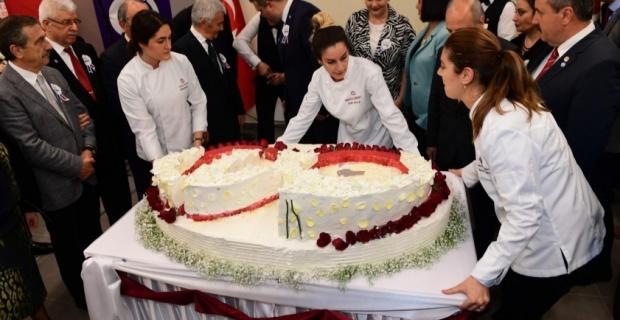 Anadolu Üniversitesi öğrencilerinden 60'ıncı yıla özel pasta
