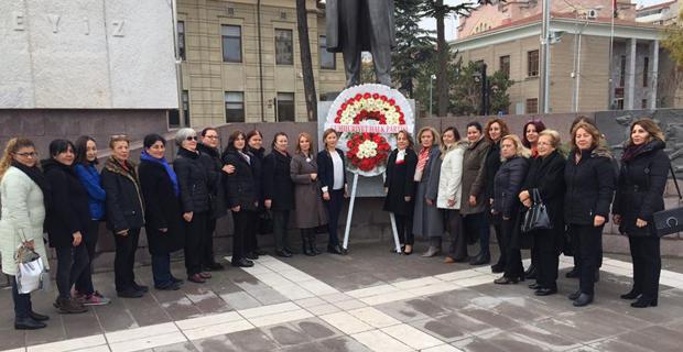 CHP'li kadınlardan çelenk