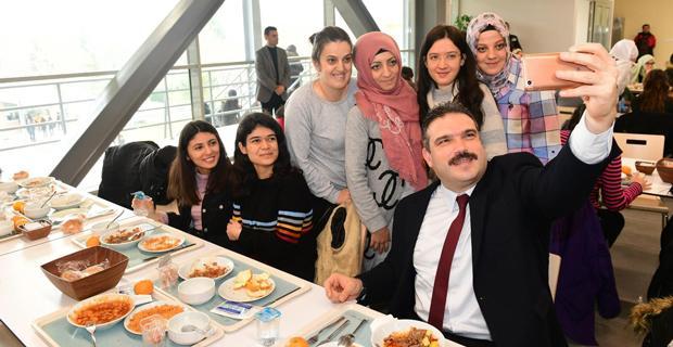 Çomaklı öğle yemeğinde öğrencilerle buluştu
