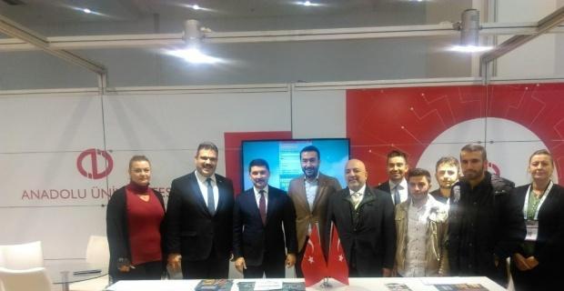 Anadolu Üniversitesi standını ziyaret etti