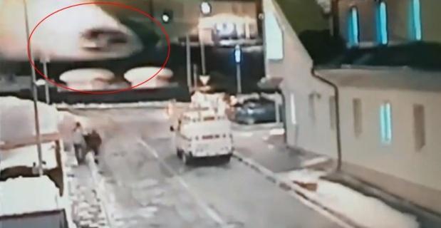 Otomobil 211 km hızla evin çatısına uçtu