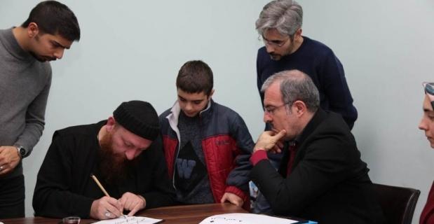 Vali Toraman, Hattat Mahmut Şahin'in dersine katıldı