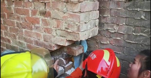 Duvar arasına sıkışan çocuğun zor anları