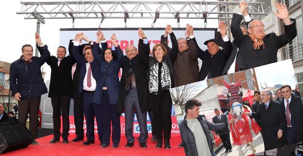 Mahmudiye'de halkla kucaklaştılar
