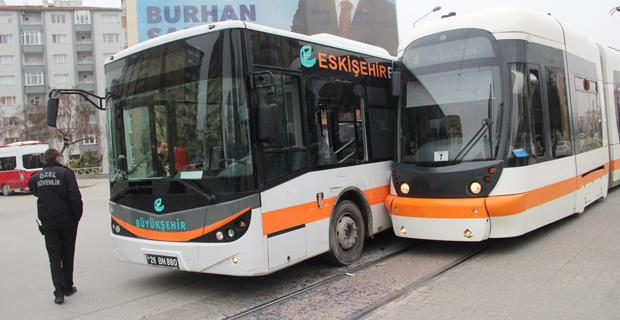 Tramvay ile halk otobüsü çarpıştı