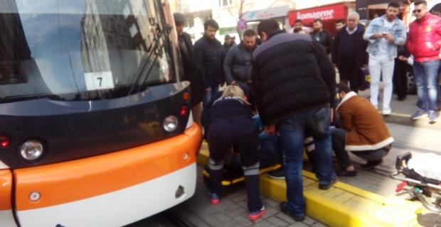 Tramvayın çarptığı yaya ölümden döndü