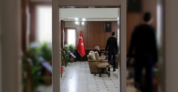 Başkan seçilince kapıyı söktürüp makamı halka açtı